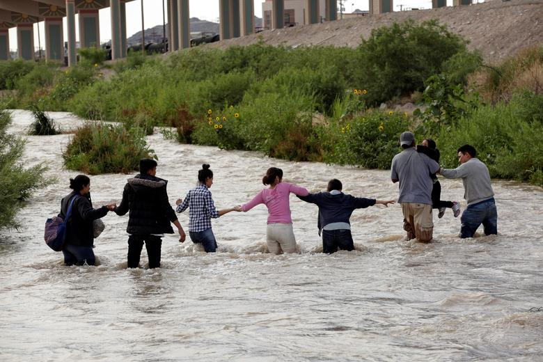 Migrans crossing the US southern border